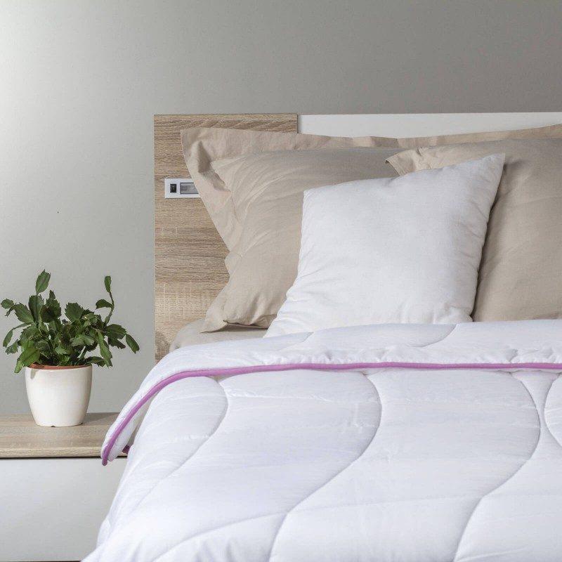 Cjelogodišnji jorgan Lavender Provence razmaziće vas udobnošću u svim godišnjim dobima. Kvalitetna mikrovlakna ClimaFill u punjenju jorgana osiguravaju mekoću i volumen pokrivača, izuzetno je prozračan što omogućava još bolji san u suvom okruženju. Za dodatnu udobnost pobrinuće se nježni miris lavande koji umiruje, uklanja nervozu i nesanicu. Jorgan je u potpunosti periv na 60 °C.