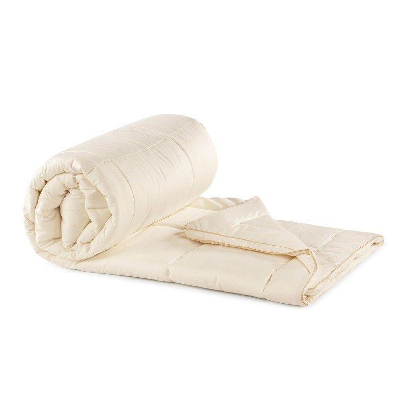 Topli zimski jorgan Bamboo Winter sa bambusovim vlaknima razmaziće vas udobnošću i toplinom u najhladnijim zimskim mjesecima. Bambusov jorgan je savršen izbor za sve koji cijene i preferiraju prirodne materijale. 100 % nebijeljeni pamuk i bambusova vlakna sa svojom izuzetnom sposobnošću upijanja i eliminisanja vlage obezbijediće udobnost svima koji se znoje prilikom spavanja. Jorgan je u cjelosti periv na 60 °C.