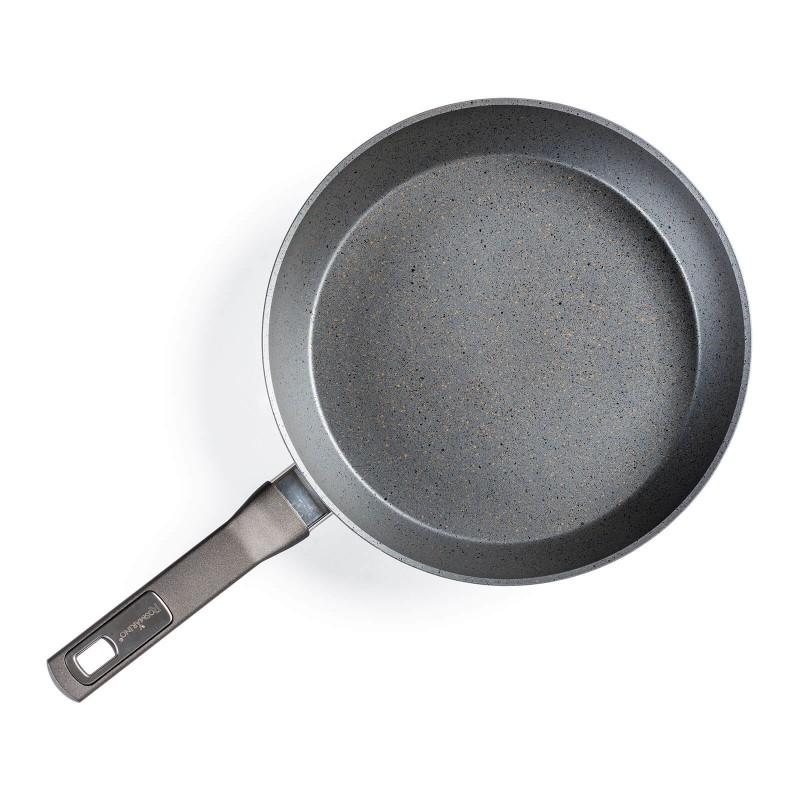 Tiganj Gold Stone prečnika 28 cm sa efektom kuvanja na vrućem kamenu i neprijanjajućim glatkim mineralnim premazom omogućava prirodan način spremanja hrane, sa malo masti. Hrana tako zadržava sve potrebne vitamine i minerale koji su našem tijelu potrebni za zdrav životni stil. Pogodan je za sve ploče za kuvanje, uključujući indukcione, lako se pere, čak i u mašini za pranje posuđa. Linija Gold Stone zasnovana je na višeslojnoj kompoziciji, koja osigurava dug životni vijek i visok nivo otpornosti i izdržljivosti posuđa.