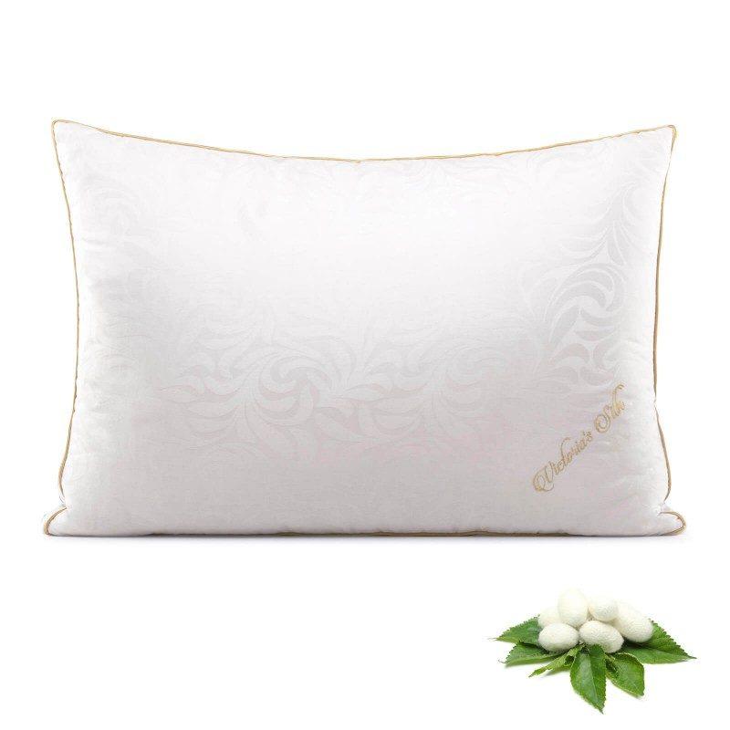 Klasični jastuk od svile Victoria Silk, zbog svoje visine, pogodan je za sve one koji imaju šira ramena i najčešće spavaju na boku ili leđima. Viši i mekši jastuci pogodni su za osobe sa većom kilažom. Vaša koža će biti u kontaktu sa 100 % pamukom i prirodnom mulberry svilom, što garantuje više svježine i higijensko okruženje za spavanje. Jastuk je u potpunosti periv na 30 °C.