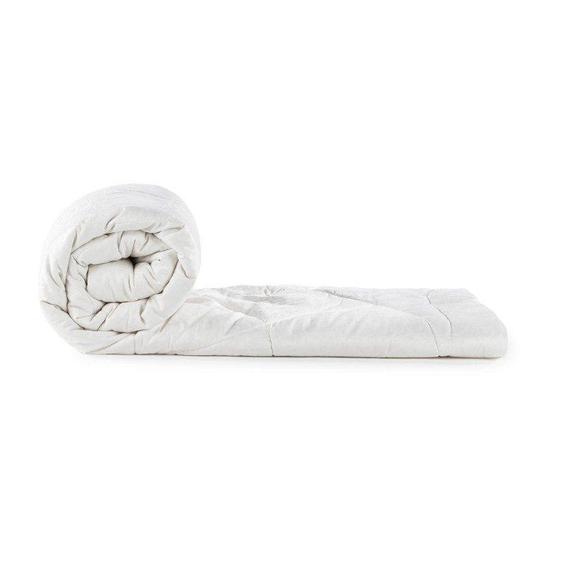 Cjelogodišnji svileni jorgan Royal Sleep Diana oduševiće vas udobnošću i luksuzom najkvalitetnije svile tokom cijele godine. Svileni jorgan je savršen izbor za sve koji cijene prirodne materijale. Prirodna mulberry svila u punjenju diše uz vas i ima odlične sposobnosti kontrole temperature, kako bi se osigurao prijatan san i maksimalan komfor. Jorgan je u cjelini periv na 30 °C.