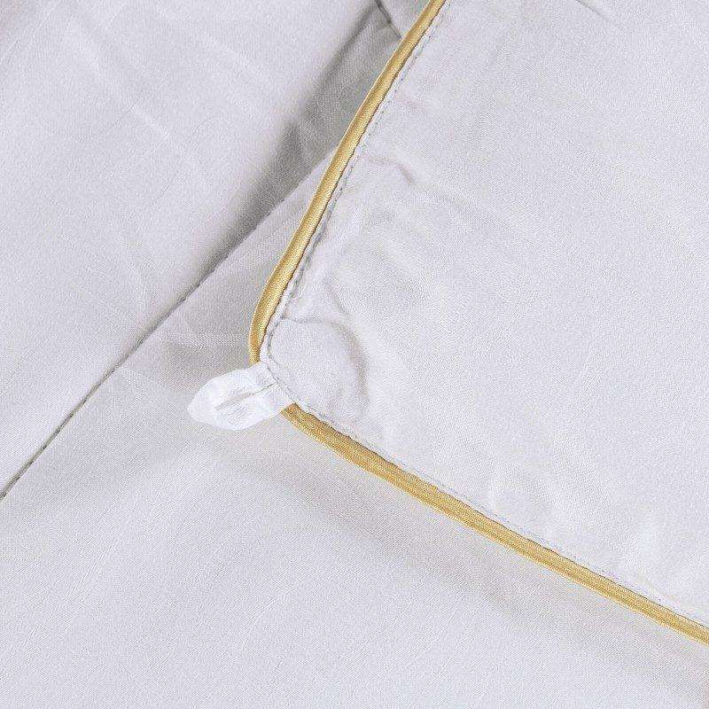Cjelogodišnji svileni jorgan Victoria's Silk razmaziće vas udobnošću i luksuzom najbolje svile tokom cijele godine. Svileni jorgan je savršen izbor za sve koji cijene prirodne materijale. Prirodna mulberry svila u punjenju pokrivača diše sa vama i ima izuzetne sposobnosti raspodjele temperature kako bi se osigurao ugodan san i luksuzna udobnost.