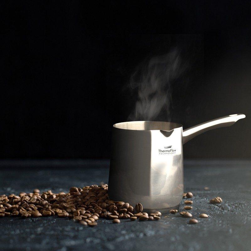 Čeličnu džezvu Pour&Cook precnika 11 cm, zapremine 900 ml odlikuje neuništiv, nerđajući čelik 18/10 i 3-slojno dno, koje omogućava brzo, ravnomjerno zagrijavanje i kraće vrijeme kuvanja. Tehnologija ThermoFlow omogućava odličnu distribuciju toplote po cijeloj površini posude i na taj način obezbjeđuje ravnomjerno kuvanje. Pogodno za sve površine za kuvanje, uključujući indukcionu. Lako se čisti i može se prati i u mašini za pranje sudova.