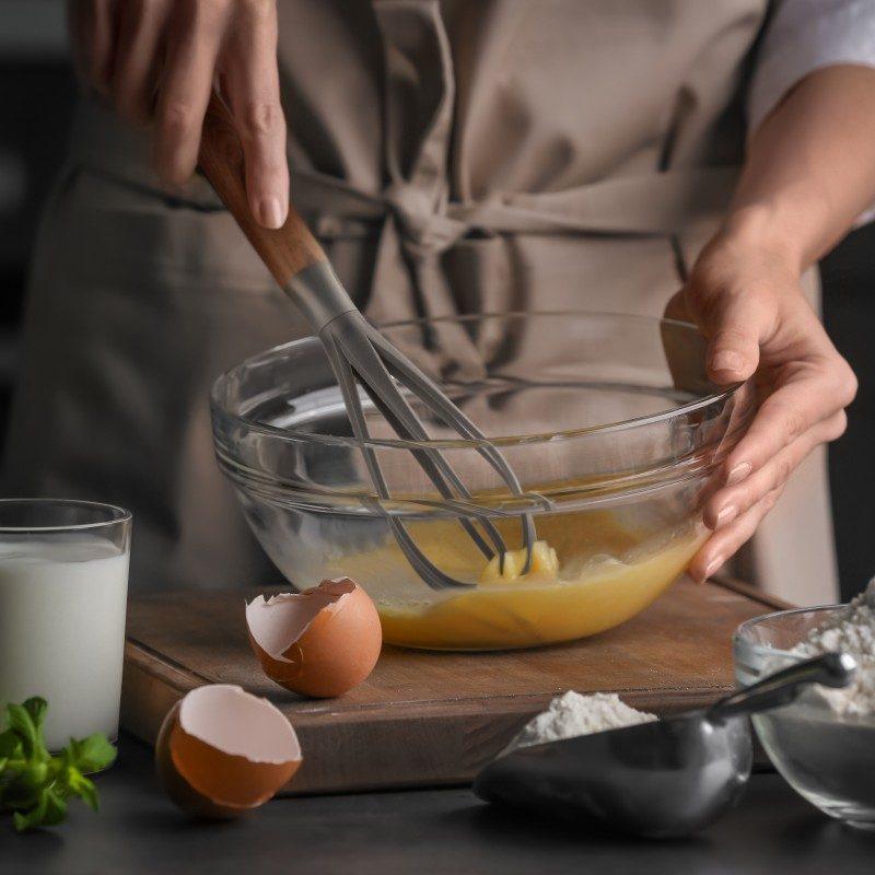 Za mešanje filova, soseva ili pravljenje omleta. Napravljena je od izdržljive i neprijanjajuće plastike i posebno je pogodna za upotrebu u posuđu sa osjetljivim premazima. Udobna ručka osigurava još lakše držanje i upotrebu.