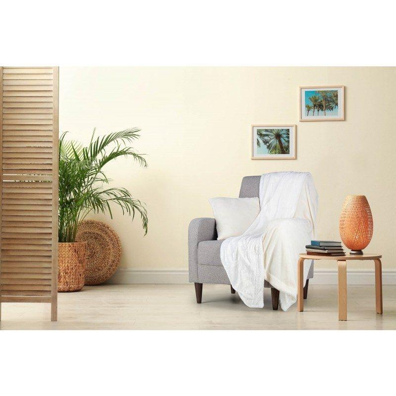 Mekani i topli set dekorativnog prekrivača i jastuka Beatrice Solid od kvalitetnih mikrovlakana za prijatne trenutke udobnosti i opuštanja na svakom koraku: u spavaćoj ili dnevnoj sobi, na putovanju ili na pikniku. Možete koristiti obije strane prekrivača i jastuka. Na jednoj strani je izuzetno mekana tkanina u bijeloj boji, a na drugoj predivna boja. Set dekorativnog prekrivača i jastuka može poslužiti i kao odličan poklon koji će oduševiti vama drage osobe. Set je periv na 30 °C.