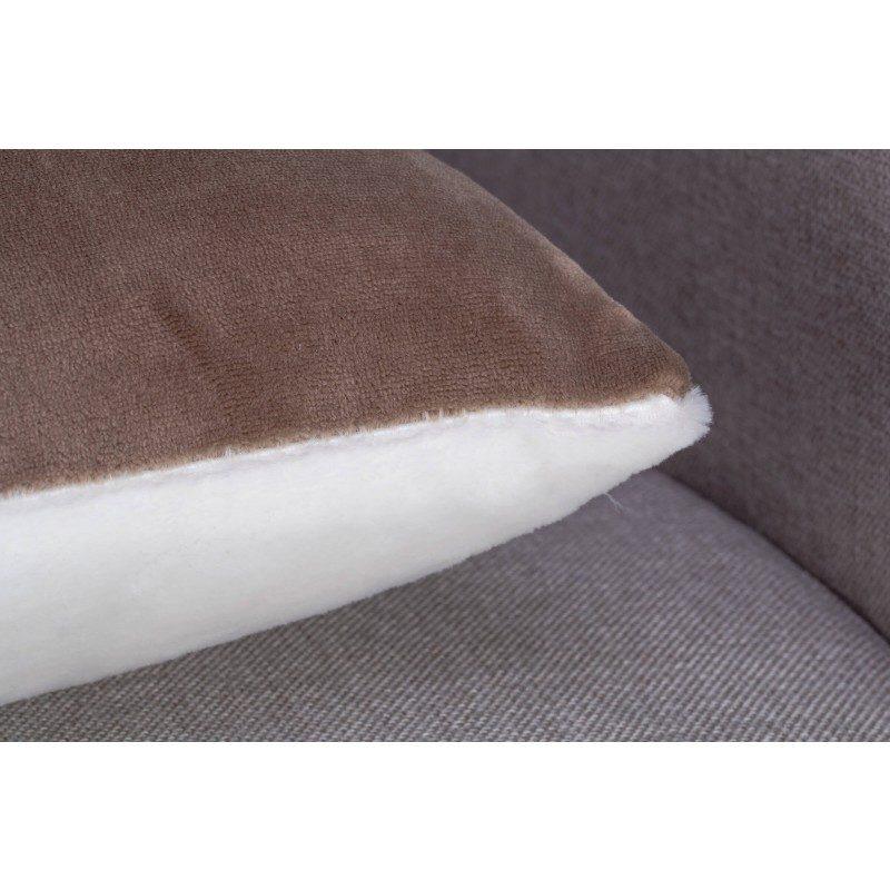 Mekani dekorativni jastuk Beatrice Solid od kvalitetnih mikrovlakana za prijatne i opuštajuće trenutke na svakom koraku: u spavaćoj ili dnevnoj sobi, na putovanju ili na pikniku. Možete koristiti obje strane jastuka: na jednoj strani je izuzetno mekana bijela tkanina, a na drugoj je predivna boja. Dekorativni jastuk može poslužiti i kao poklon koji će oduševiti vama drage osobe. Jastuk je periv na 30 °C.