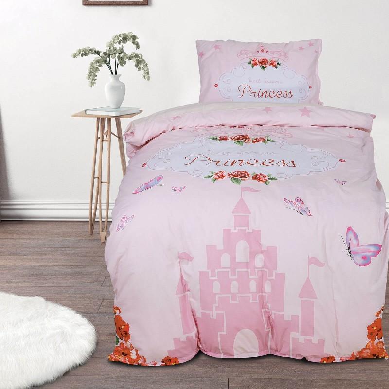 Vrijeme je za miran i udoban san vaših najmlađih! Pamučna posteljina sa zanimljivim motivom koji će zasigurno oduševiti djecu i odvesti ih u čudesnu zemlju snova. Posteljina Cute castle izrađena je od renforce platna, mekane tkanine, jednostavne za održavanje. Posteljina je periva na 40 C°.