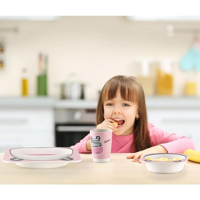 Nikad nije bilo lakše naučiti dijete kako pravilno da sjedi za stolom, drži viljušku i jede samostalno. 5- djelni dječiji set od prirodnog bambusa Rosmarino izrađen je od kukuruznog skroba i prirodnih bambusovih vlakana koji su u potpunosti biorazgradivi i ekološki prihvatljivi. Set je prikladan za prve obroke djeteta gdje će mu simpatični motivi hranjenje učiniti još ugodnijim. Dječiji set sadrži plitki tanjir, duboki tanjir ili zdjelu, šolju, malu kašiku i viljušku - sve što je potrebno za kvalitetan obrok za dijete. Set ne sadrži petrohemijske materije i BPA, ne ostavlja vještački ukus u hrani, zbog svog je sastava izuzetno čvrst, ali istovremeno lak za nošenje. Lako se čisti pod tekućom vodom ili u mašini za pranje posuđa.