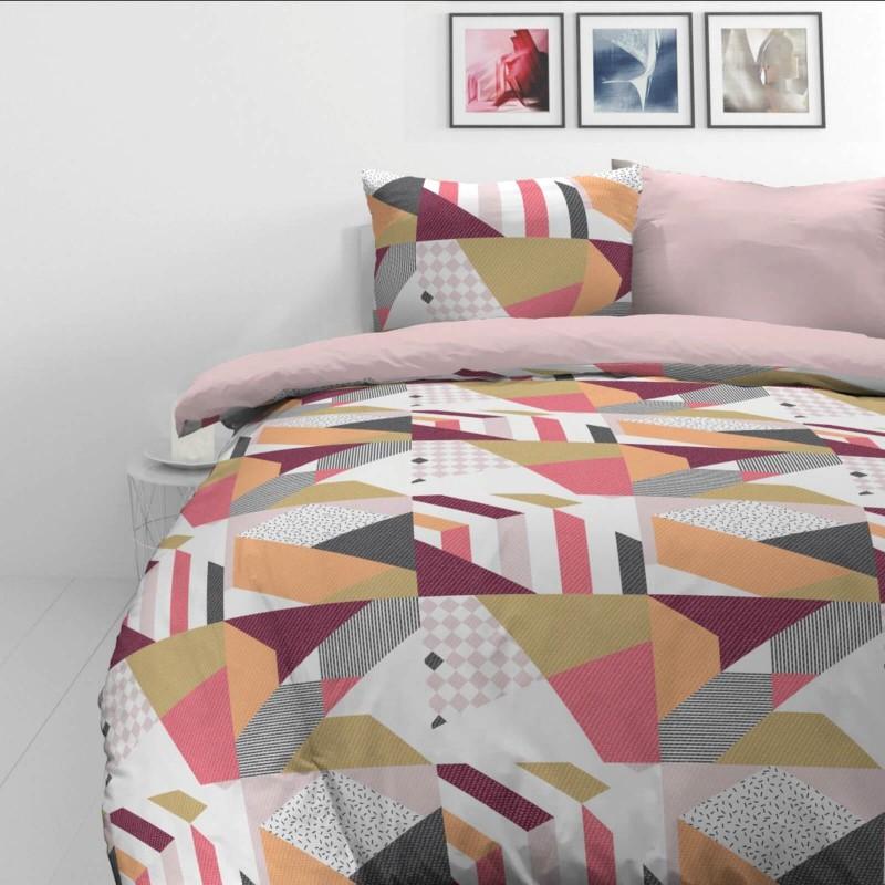 Vrijeme je za potpuno uživanje u modernim pamučnim posteljinama! Posteljina Rose Lines od mekanog pamučnog satena, koji je satkan od visokokvalitetnog, tankog tkanja. Posteljina od satena je prekrasan ukras vaše spavaće sobe, a u isto vrijeme odličan izbor za udoban i ugodan san. Neka vas očara moderan dizajn sa geometrijskim uzorcima. Posteljina je periva na 40°C.
