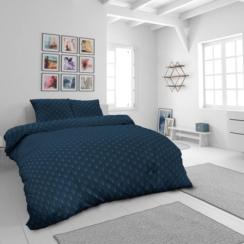 Vrijeme je za potpuno uživanje u modernim pamučnim posteljinama! Posteljina Rise izrađena je od mekog pamučnog satena, tkanog od visokokvalitetnog, tankog prediva. Posteljina od satena je divan ukras vaše spavaće sobe i istovremeno odličan izbor za udoban i prijatan san. Očaraće vas moderan dizajn. Posteljina je periva na 40 °C.