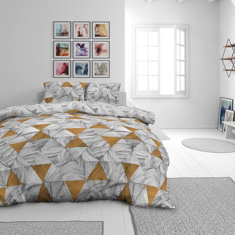 Vrijeme je za potpuno uživanje u modernim pamučnim posteljinama! Posteljina Tri Drawn od mekanog pamučnog satena, koji je satkan od visokokvalitetnog, tankog tkanja. Posteljina od satena je prekrasan ukras vaše spavaće sobe, a u isto vrijeme odličan izbor za udoban i ugodan san. Posteljina je periva na 40°C.