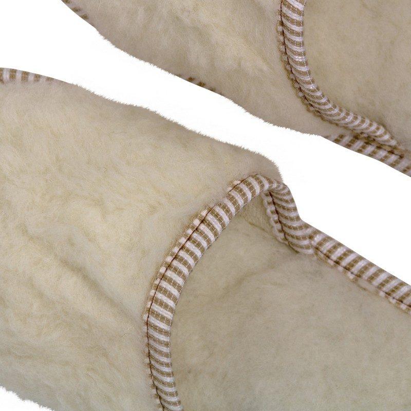 Lagan korak za mala i velika stopala, kako biste im pružili maksimalnu udobnost! Mekane sobne papuče izrađene od merino vune, koja važi za najbolji prirodni termoregulator, ugrijaće i najzimogroznija stopala. Papuče su u cjelosti izrađene od vune, a đon je od izdržljivog filca. Jednobojne papuče s mekim đonom za sve ukuse. Dostupne u bež boji i namijenjene i muškarcima i ženama. Preporučuju se svima, naročito osobama s bolovima u nogama ili lošom cirkulacijom.