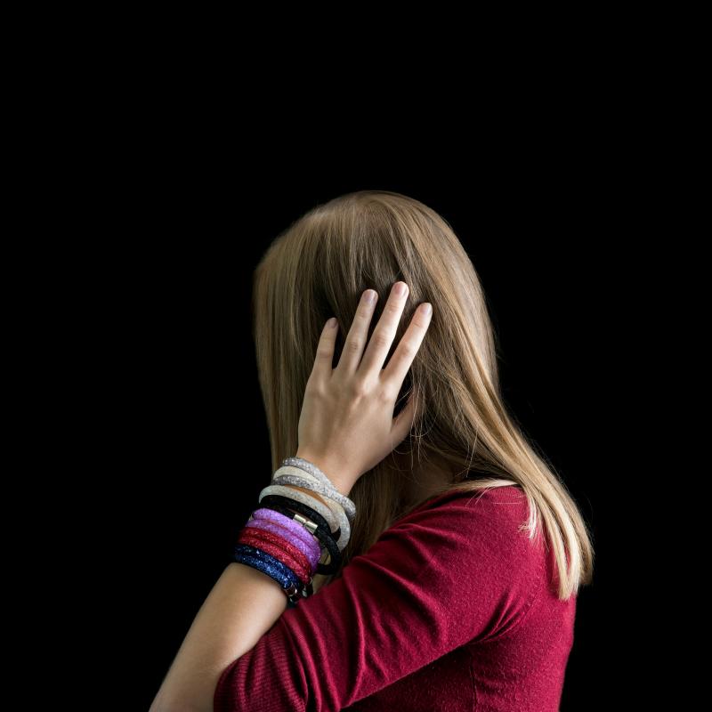 Narukvica Susie Q je popularan komad nakita koji ćete rado nositi u slobodno vrijeme, u školi ili na poslu. U bijeloj, crnoj, srebrnoj, tamnoplavoj, ljubičastoj i crvenoj boji. Dužina 40 cm sa zatvaranjem na magnet.